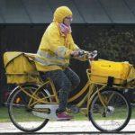 自転車の傘差し運転は犯罪! でも、レインウェアに切り替えて終わりじゃない!?